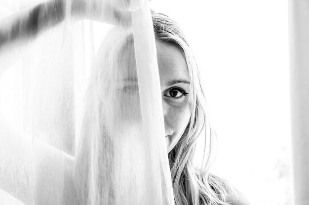 Фотография женщины в оттенках серого Бесплатные Фотографии