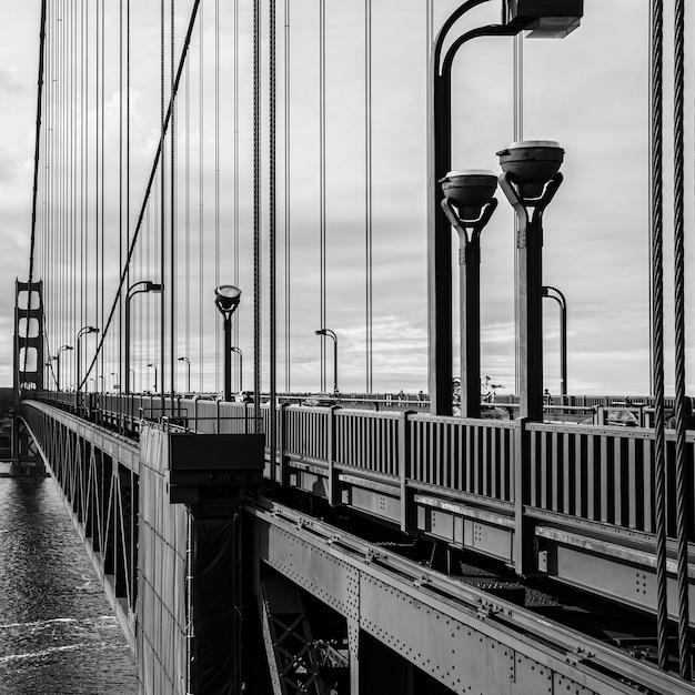 Scatto in scala di grigi del golden gate bridge Foto Gratuite