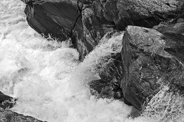 川の岩層のグレースケールショット 無料写真