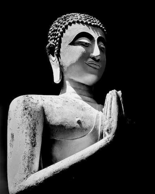 Scatto in scala di grigi di una vecchia statua di buddha Foto Gratuite