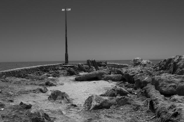 Scatto in scala di grigi del salton sea Foto Gratuite