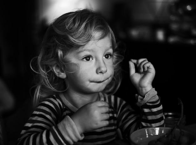 Scatto in scala di grigi di una giovane ragazza Foto Gratuite