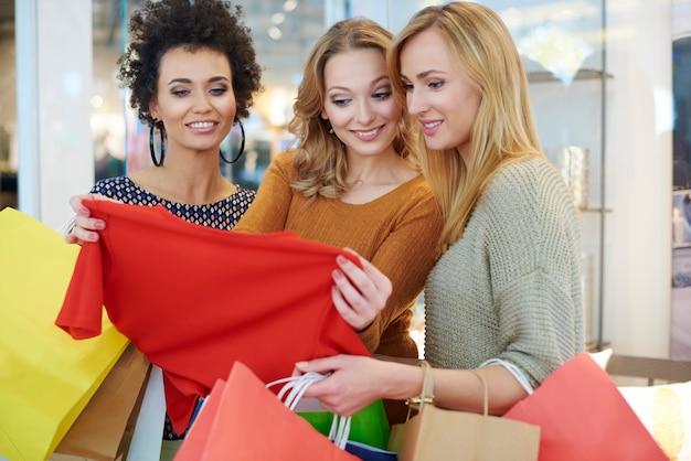 Grande diversità nel negozio di abbigliamento Foto Gratuite