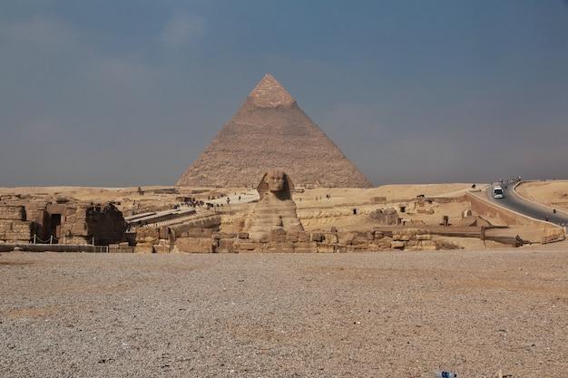 Великие пирамиды древнего египта в гизе, каир Premium Фотографии