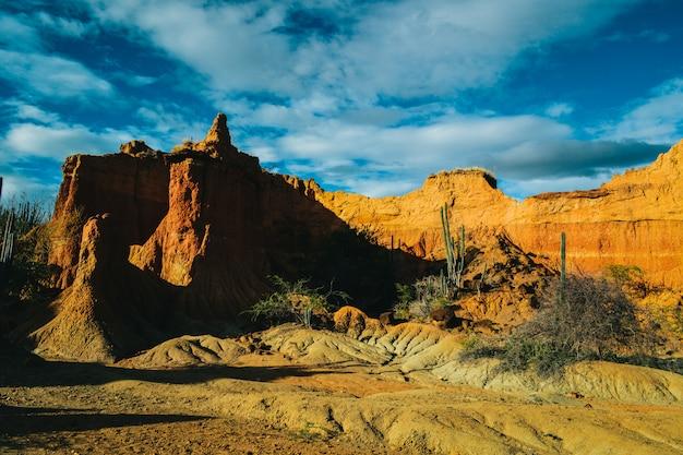 Grande montagna rocciosa nel deserto Foto Gratuite