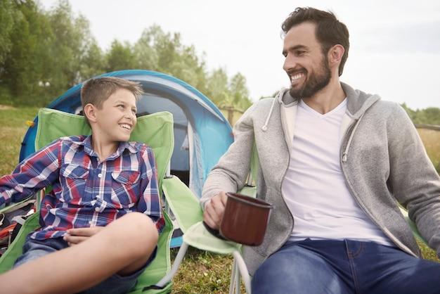 Отличные выходные, проведенные мальчиком и его отцом Бесплатные Фотографии