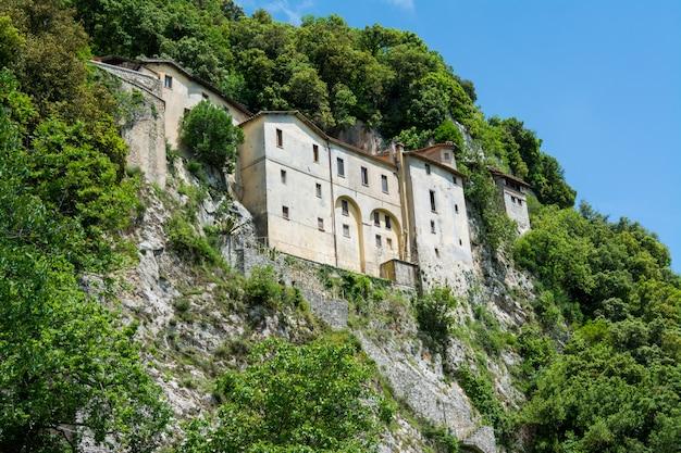 イタリア、グレッチョ。アッシジの聖フランシスコによって建てられた庵の神社 Premium写真