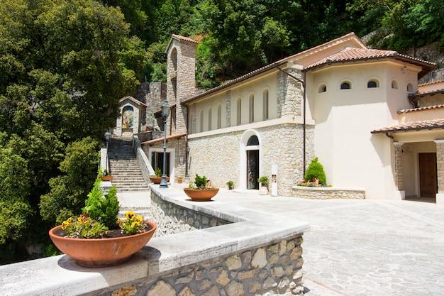 グレシオ、イタリア。アッシジの聖フランシスコによって建てられたエルミタージュ寺院 Premium写真