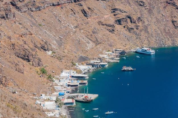 Греческое побережье с лодками Premium Фотографии