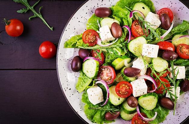 Insalata greca con verdure fresche, formaggio feta e olive kalamata Foto Gratuite