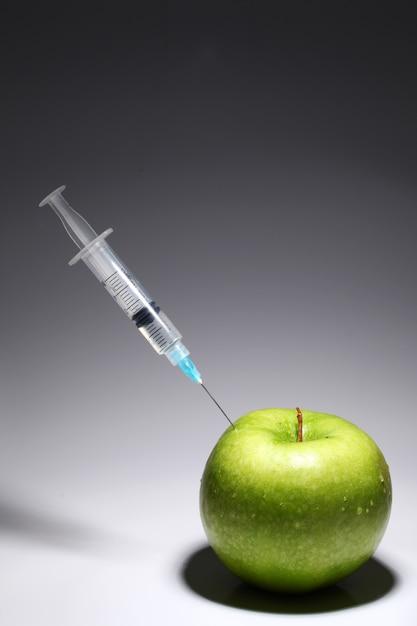 青リンゴと注射器 無料写真