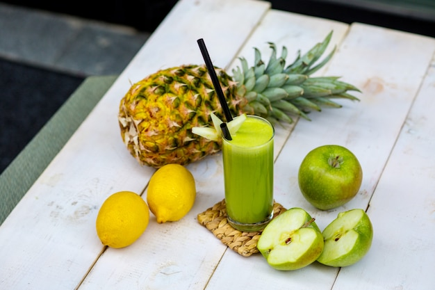 Green apple juice garnished with apple slices Free Photo