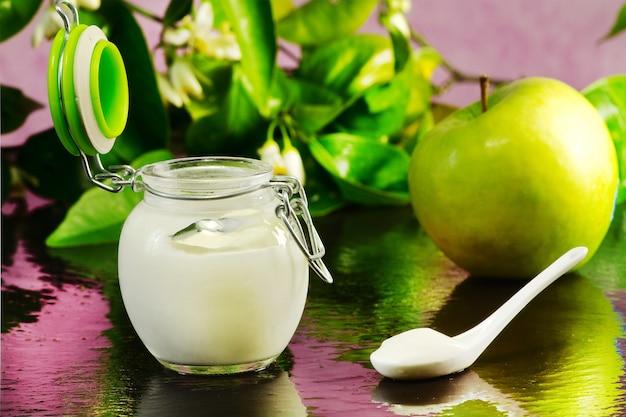 Green apple yogurt Premium Photo