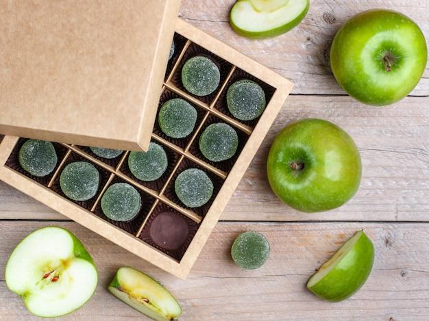 Зеленые яблоки и яблочные жевательные конфеты Premium Фотографии