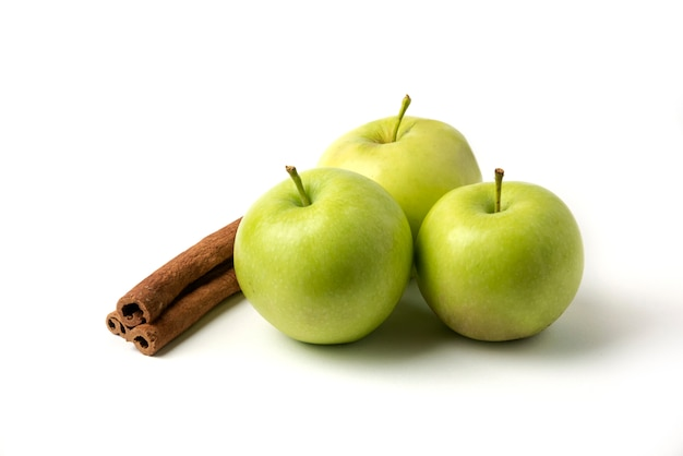 Зеленые яблоки и корица, изолированные на белом фоне Бесплатные Фотографии