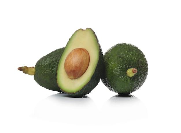 Зеленые авокадо на белой поверхности Бесплатные Фотографии