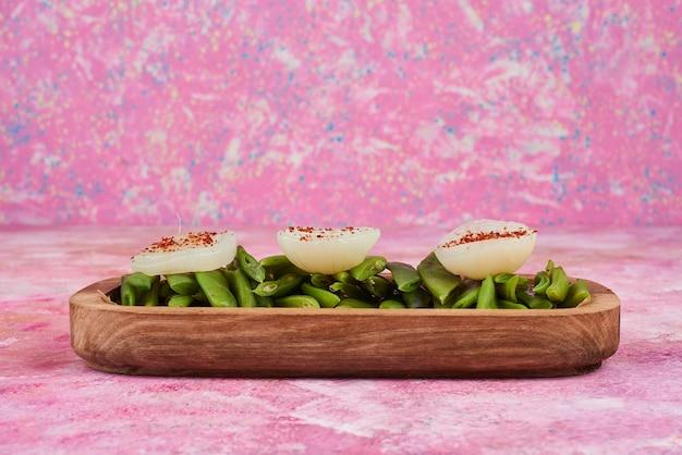 Insalata e spuntini dei fagiolini sul piatto di legno. Foto Gratuite