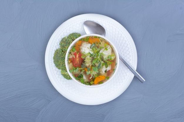 Суп из зеленой брокколи на бульоне с овощами Бесплатные Фотографии