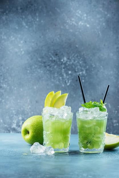 氷とミントのグリーンカクテル Premium写真