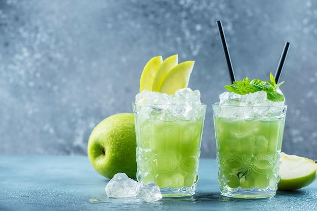 Green cocktail with ice and mint Premium Photo