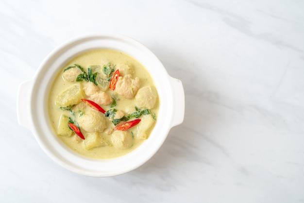 Суп из зеленого карри с фаршем из свинины и мясного шарика в миске по-азиатски Premium Фотографии