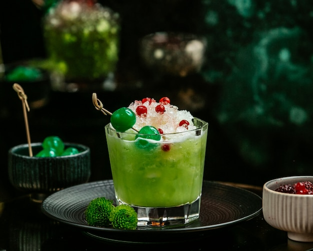 Green detox with ice and berries Free Photo