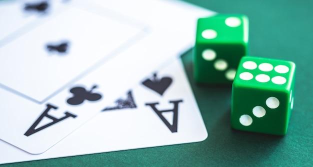 Зеленые кости и игральные карты на покерном столе Premium Фотографии