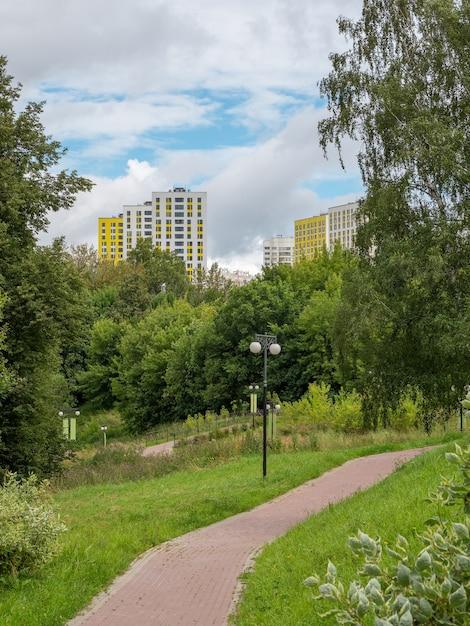모스크바 힘키 북부 도심의 녹색 친환경 공원 프리미엄 사진