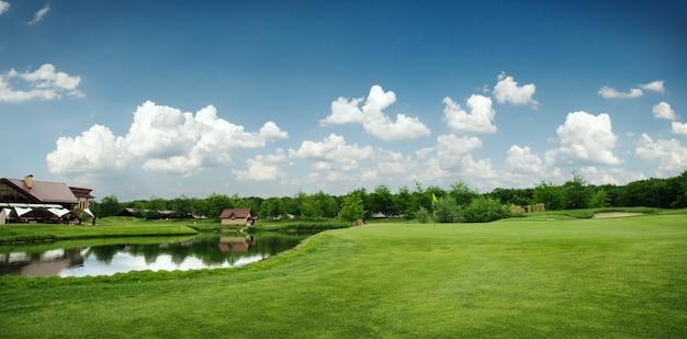 골프, 골프 코스를위한 그린 필드와 호수 프리미엄 사진