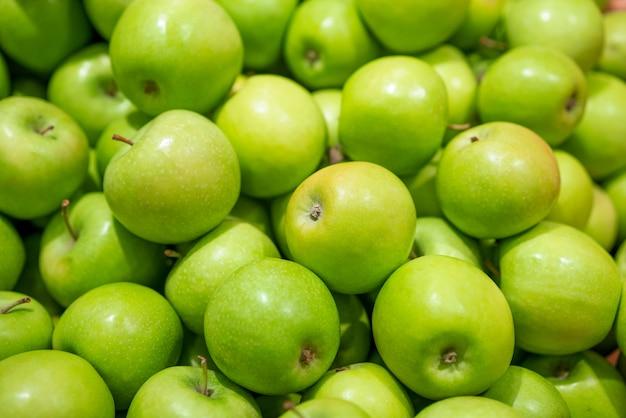 背景として緑の新鮮なリンゴ 無料写真