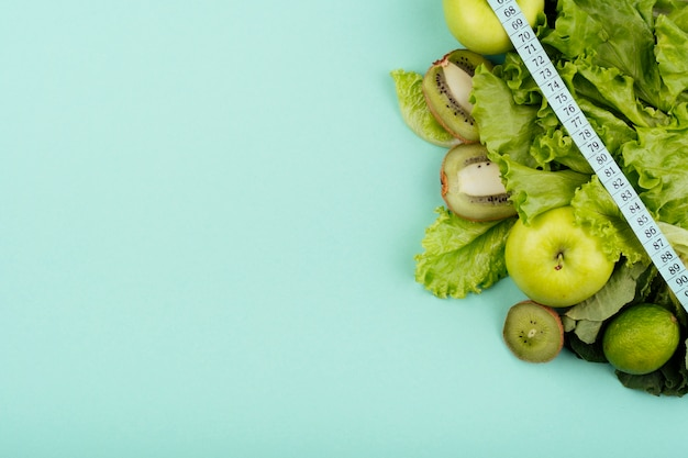 Green fruit with measurement copy space Free Photo