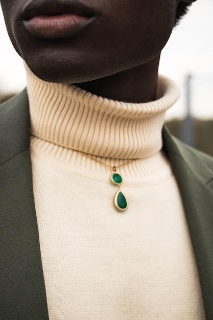 女性の首に緑の宝石のペンダント 無料写真