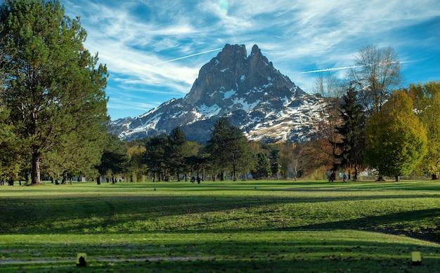 Зеленое поле для гольфа и пик-дю-миди-оссау Premium Фотографии