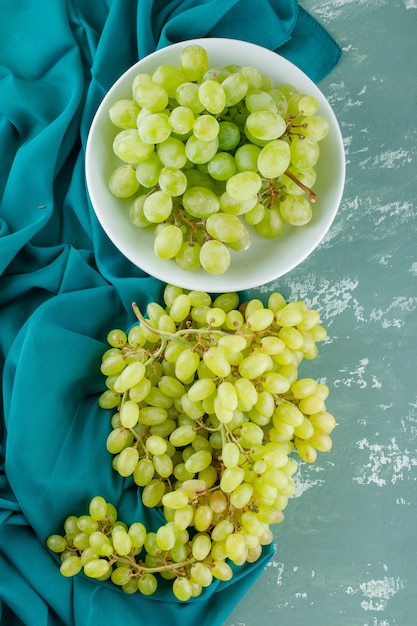 石膏と繊維のプレートに緑のブドウ 無料写真