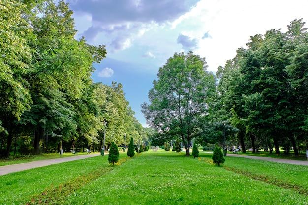 Green herastrau park in bucuresti, romania Premium Photo