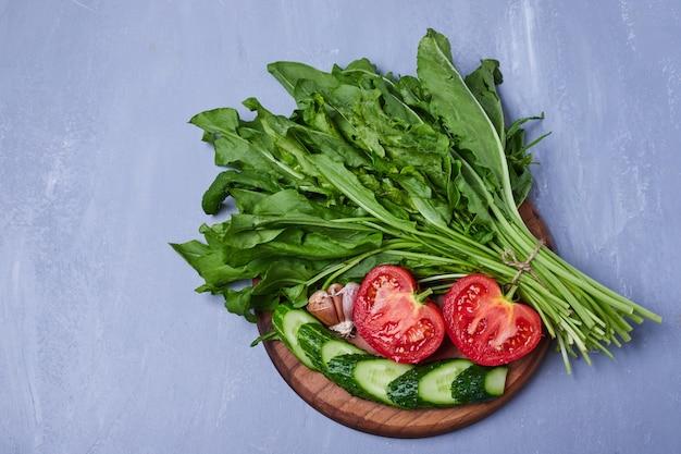 Erbe ed insalata verdi sull'azzurro Foto Gratuite