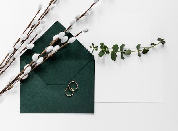 綿の枝を持つ緑の招待カード 無料写真