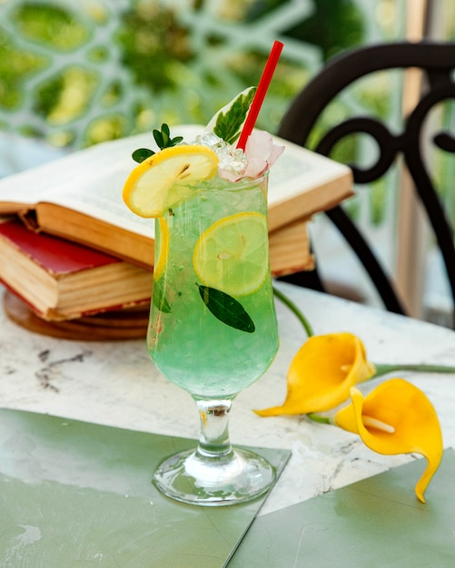 Green lemon cocktail with ice and lemon slices Free Photo
