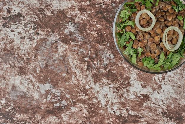 ハーブ入りグリーンレンズ豆のサラダ。 無料写真