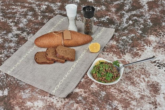 Insalata di lenticchie verdi con fette di pane. Foto Gratuite