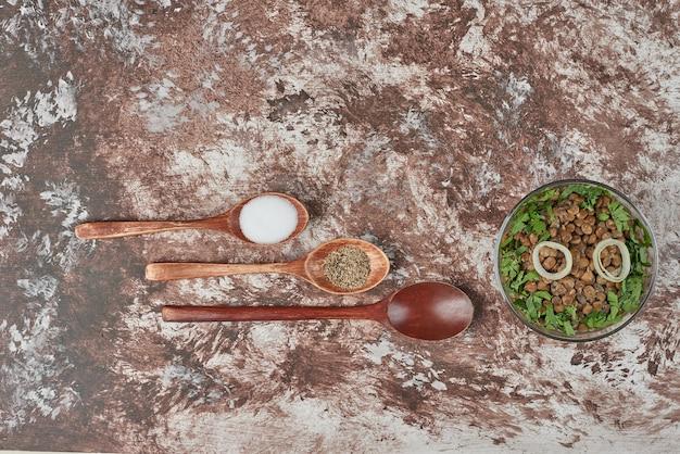 ガラスのカップにハーブと玉ねぎのグリーンレンズ豆のサラダ 無料写真