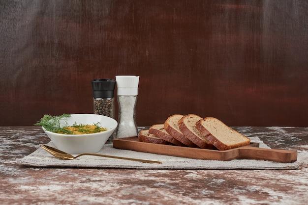 Insalata di lenticchie verdi con erbe e cipolle in una tazza di vetro Foto Gratuite