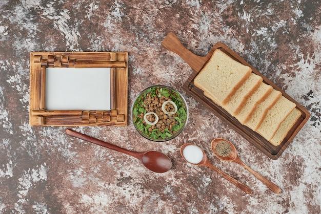 Insalata di lenticchie verdi con erbe e spezie. Foto Gratuite