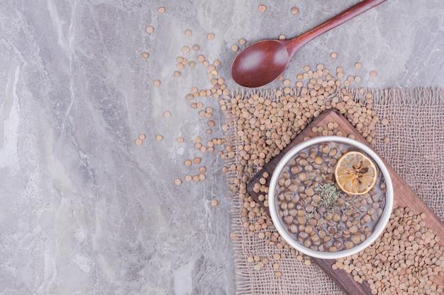Суп из зеленой чечевицы в белой миске на деревянной доске Бесплатные Фотографии