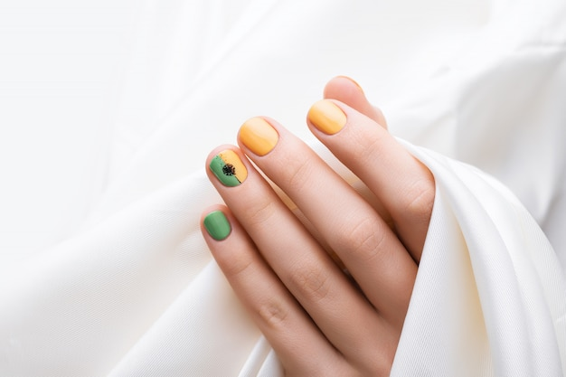 緑の爪のデザイン。色のマニキュアで女性の手。 無料写真