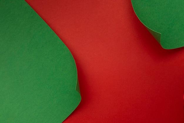 빨간색 테이블에 녹색 종이 무료 사진