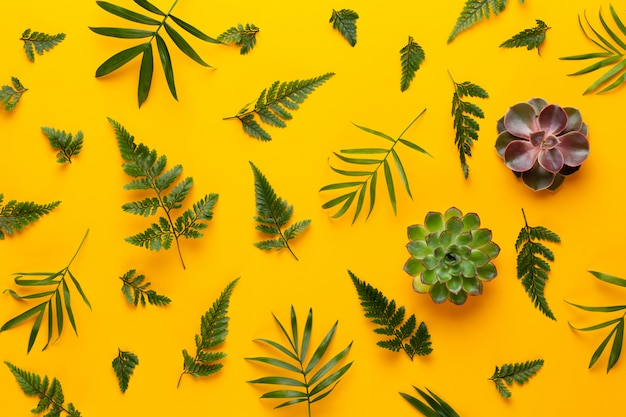 黄色の緑の植物のシームレスなパターン。レトロなビンテージスタイル。 Premium写真