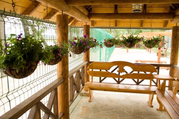 ポーチの植木鉢に緑の植物 Premium写真