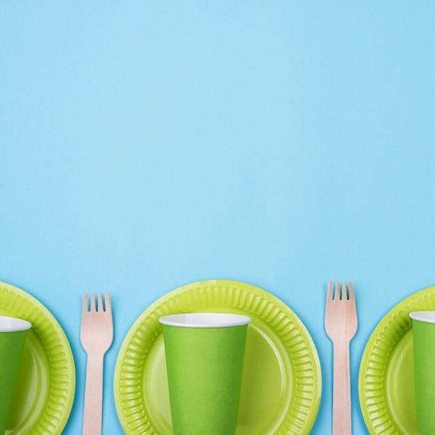 Зеленые тарелки с чашками и столовыми приборами Бесплатные Фотографии