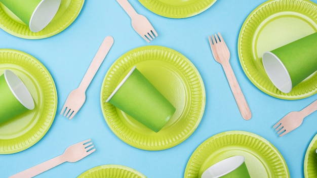 Зеленые тарелки с чашками и плоскими столовыми приборами Бесплатные Фотографии